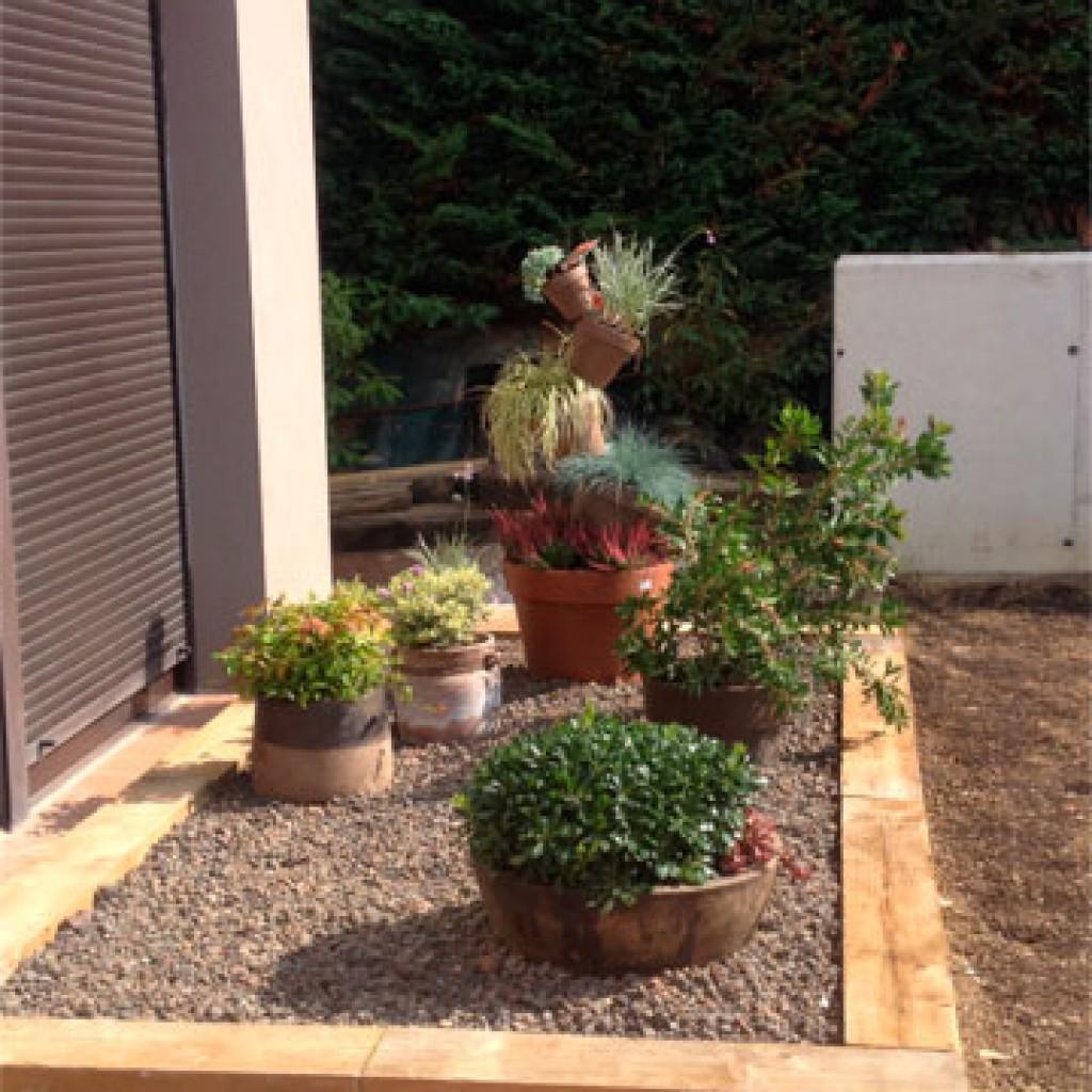 diseo y realizacin de jardn csped parterres suelos con tarimas de resinas riego jardineras de traviesas etc gorraiz