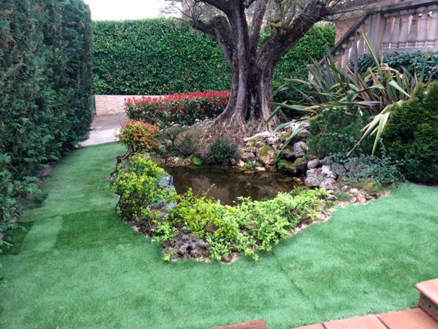 Adecuaci n de jardin mediante estanque c sped artificial - Jardines de cesped artificial ...