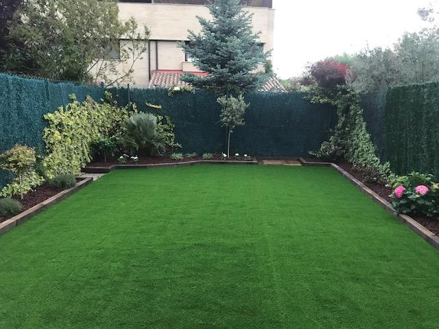 Jard n de c sped artificial en mutilva tecniver jardineria for Jardines de cesped artificial